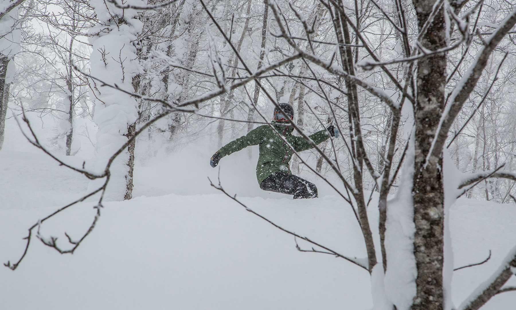 Nicki snowboarding in Rusutsu