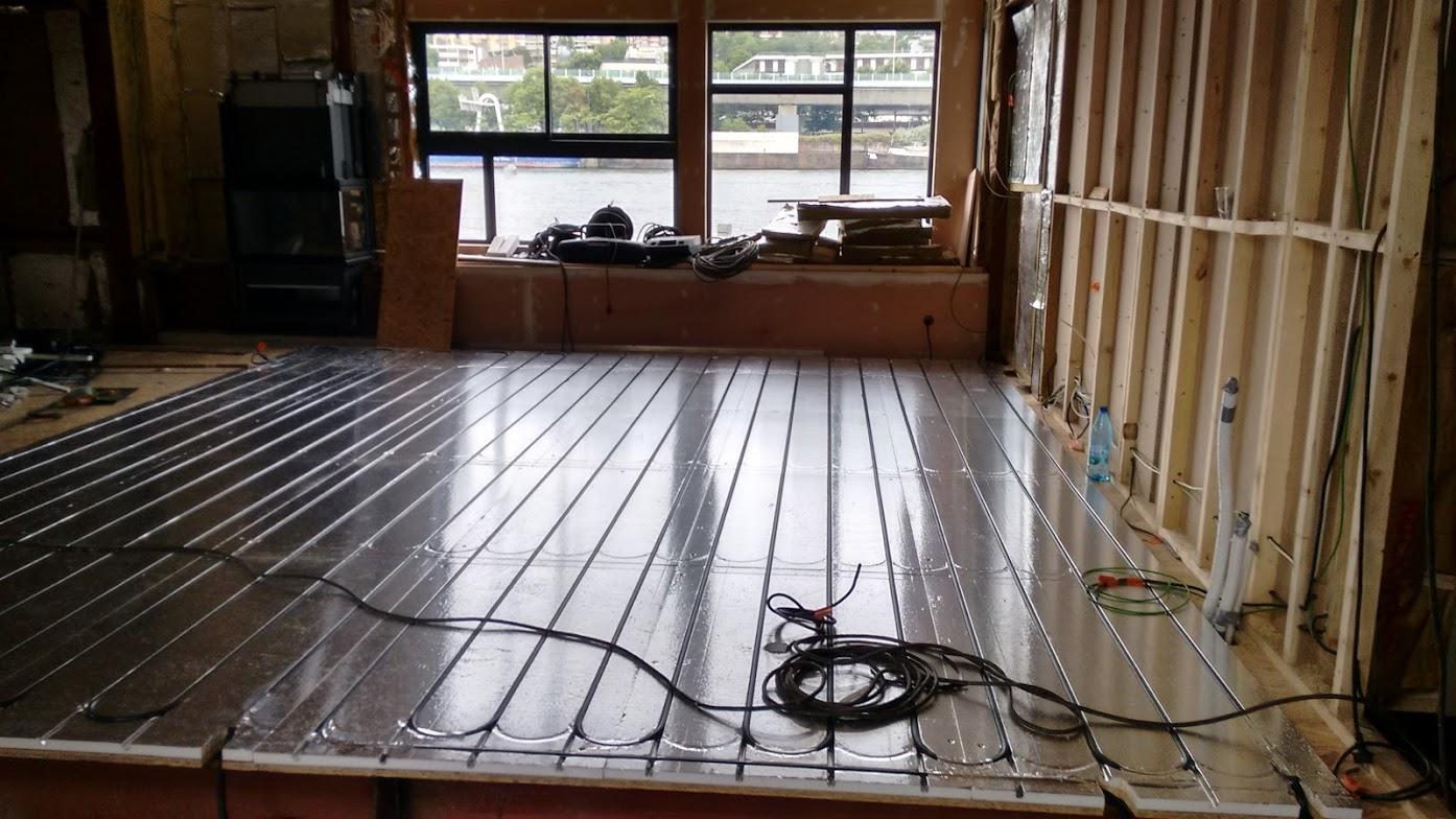Salon pendant la pose du plancher chauffant fluvial - péniche