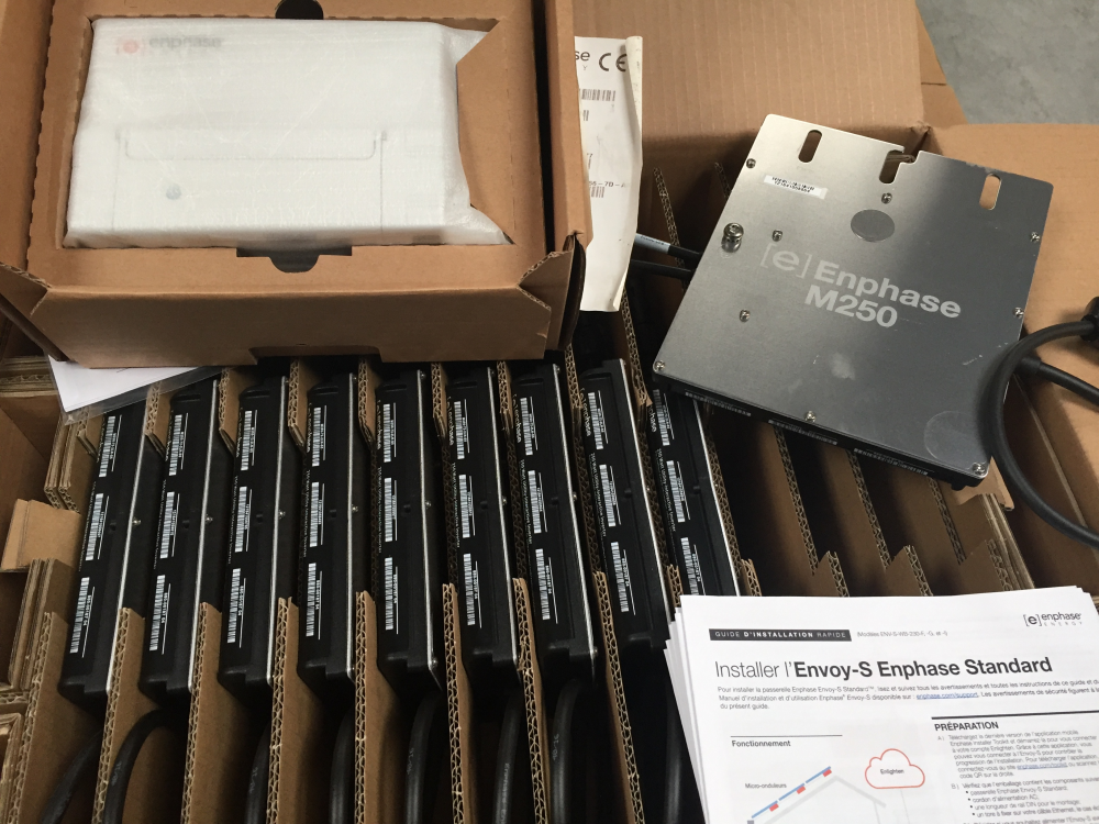 8 micro-onduleur Enphase M250 , une passerelle internet, les guides
