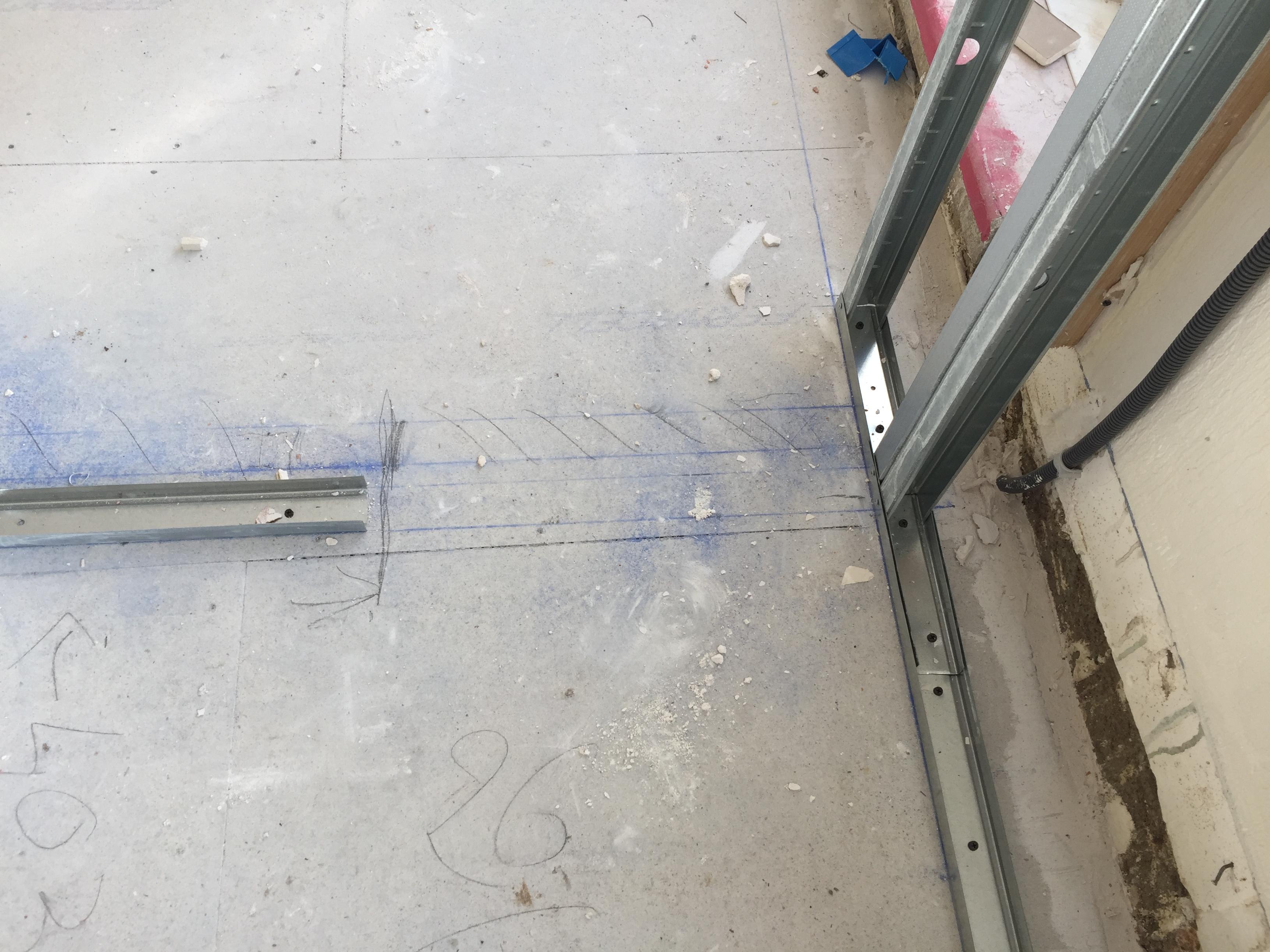 Astuce pour le passage de mur des tuyaux du plancher chauffant