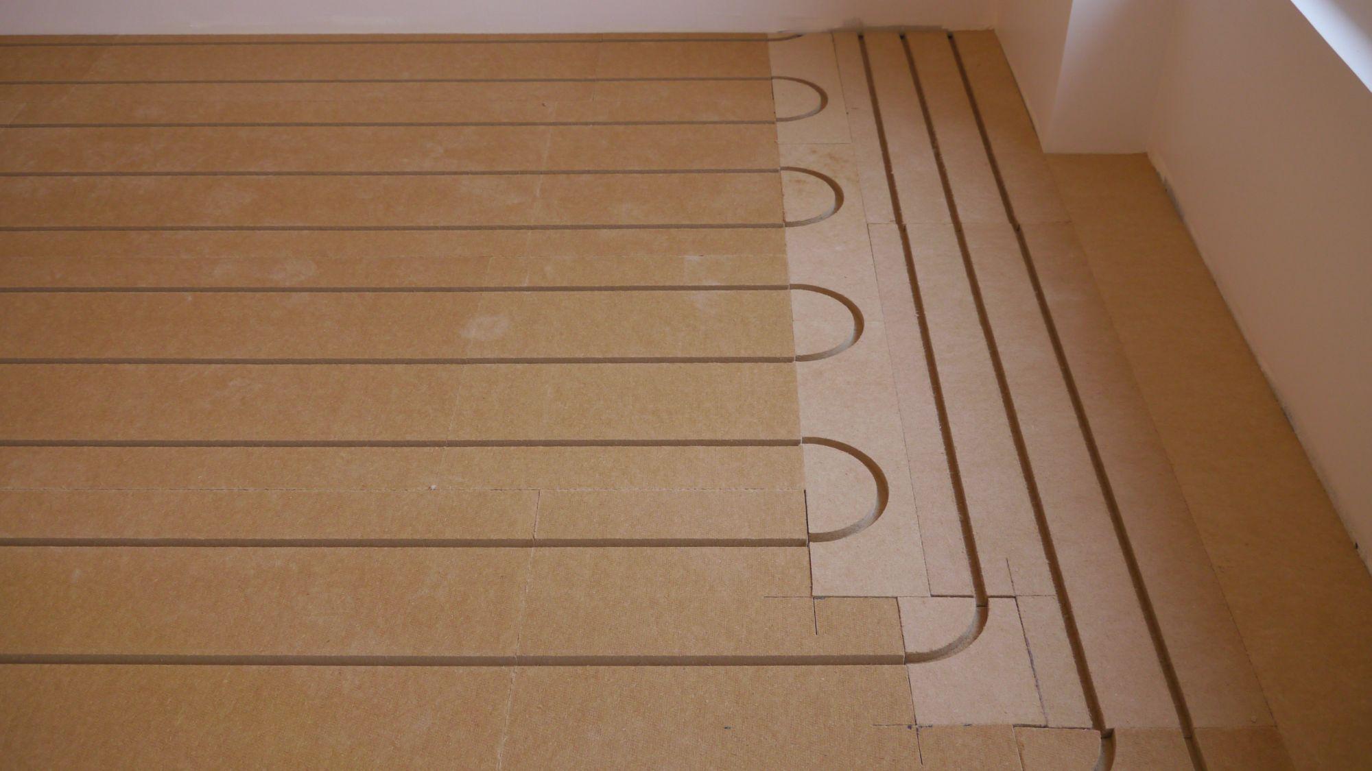 Utiliser des plaques de retours de plancher chauffant plutôt que une défonceuse