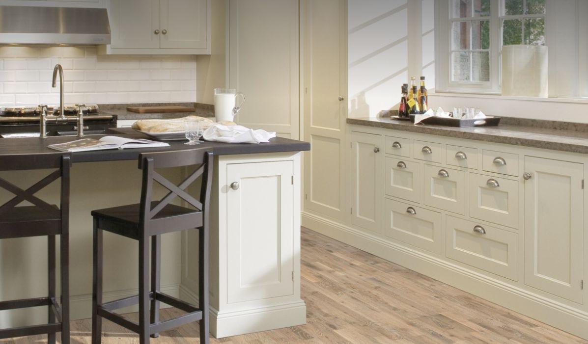 Exemple Kilesand: Les nuances blanches du parquet créent un contraste qui accentue le grain naturel du bois.