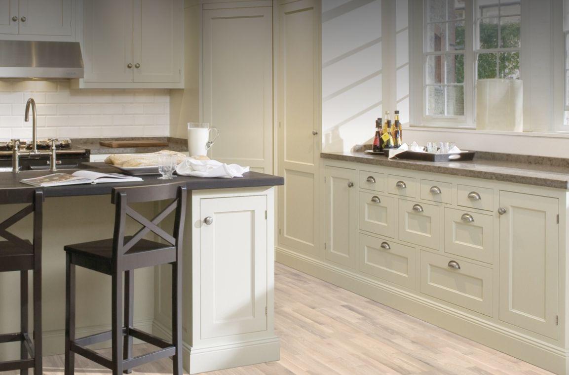 Ce blanc semi-transparent avec des contrastes équilibrés laisse transparaître les chaudes nuances du chêne. La base parfaite pour un intérieur épuré de style scandinave.