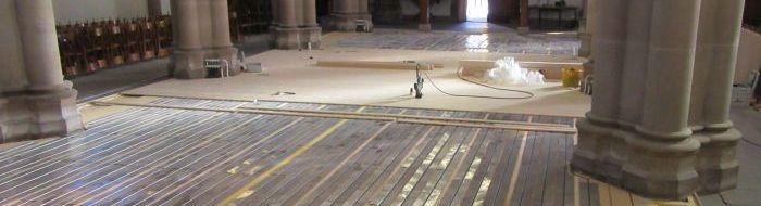 Exemple de pose de plancher chauffant avec parquet cloué dans une église