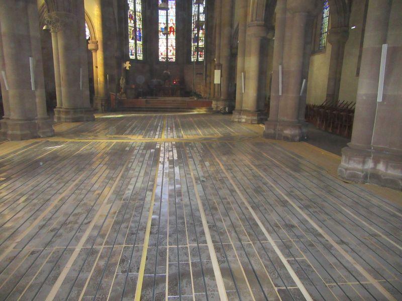 le plancher chauffant est avec lambourdes