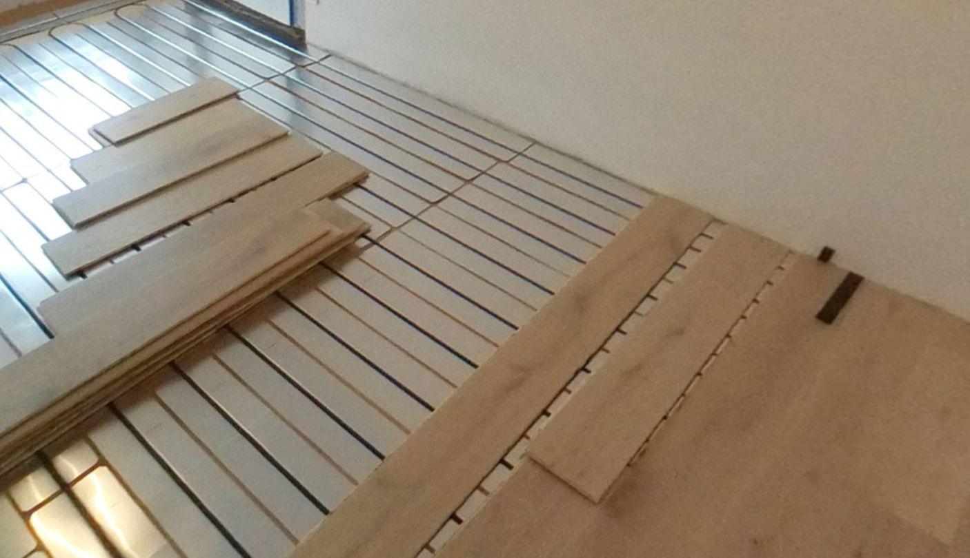 Le Caleosol Tradi Eco+ en fibre de bois proposé chez Parquet 37 se pose directement sous un parquet flottant 14mm contre-collé bois.