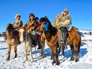 trip337_mongolei_maenner_pferde