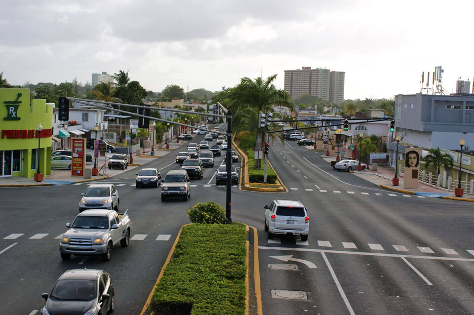 Puente peatonal Puerta de la Carolina, sobre la Avenida Monserrate / Avenida Paseo de los Gigantes, Carolina, PR.