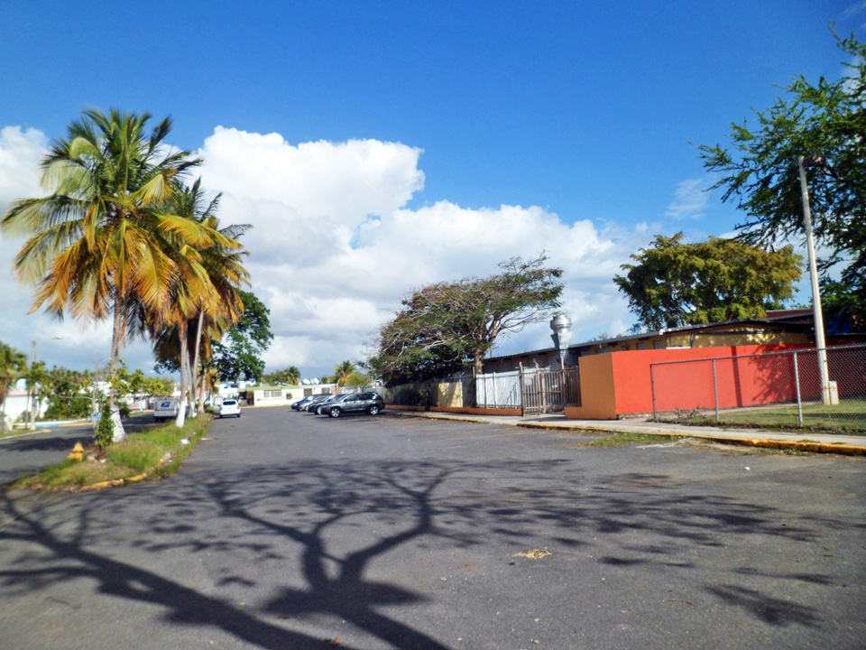 """Cerca de la """"Ratonera"""", Urbanización Jardines de Country Club, Carolina, Puerto Rico."""