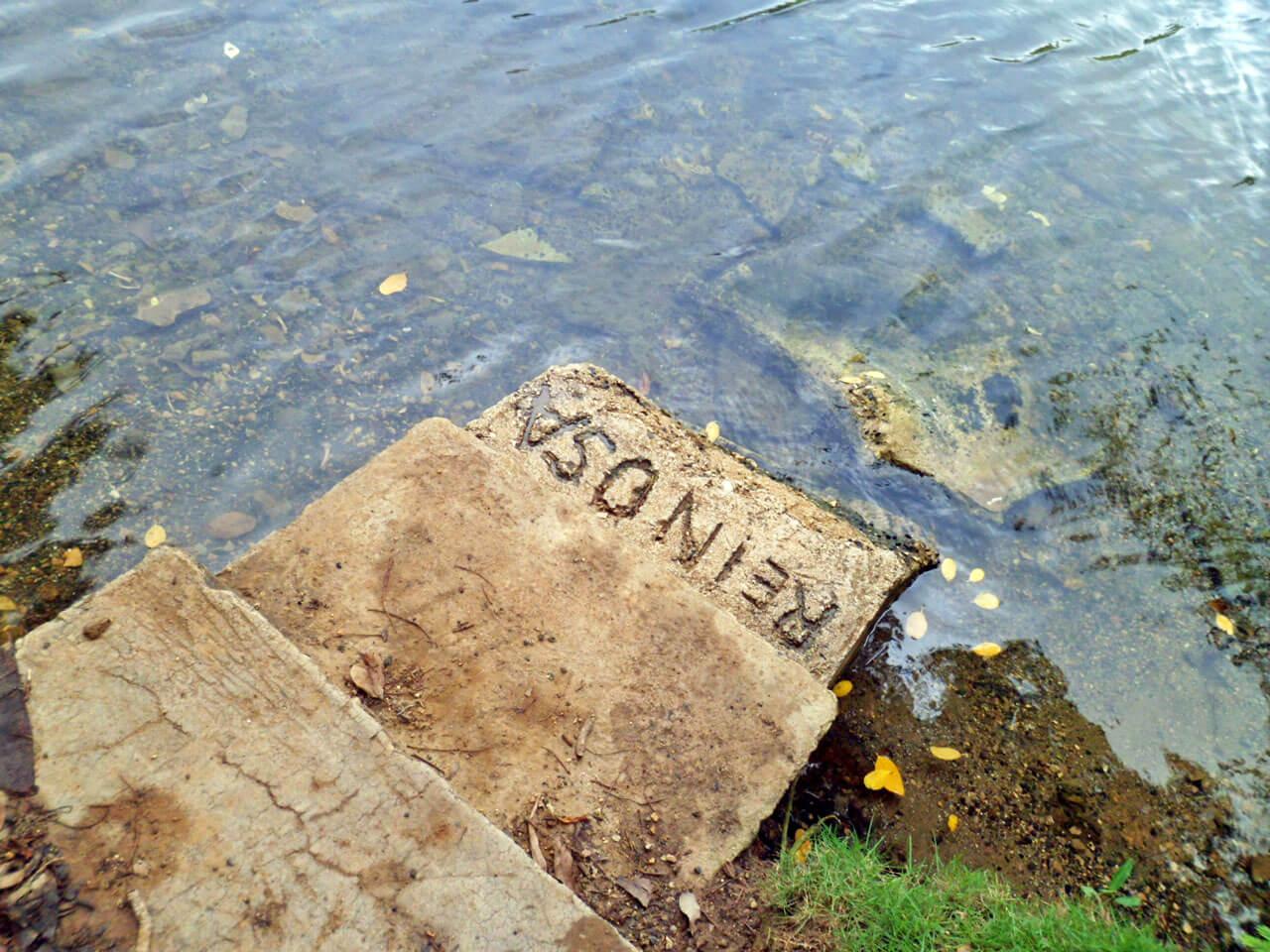 Escalón con el nombre de Benny Reinosa, en la Urbanización La Marina, Carolina, Puerto Rico.