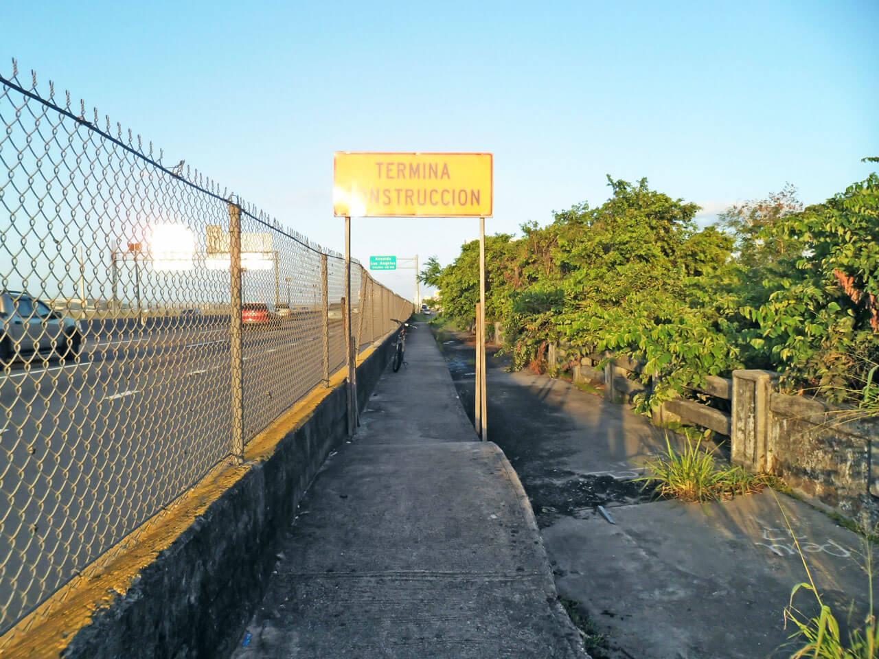 Al lado de la Avenida Baldorioty, cerca de Laguna Gardens, Carolina, Puerto Rico.