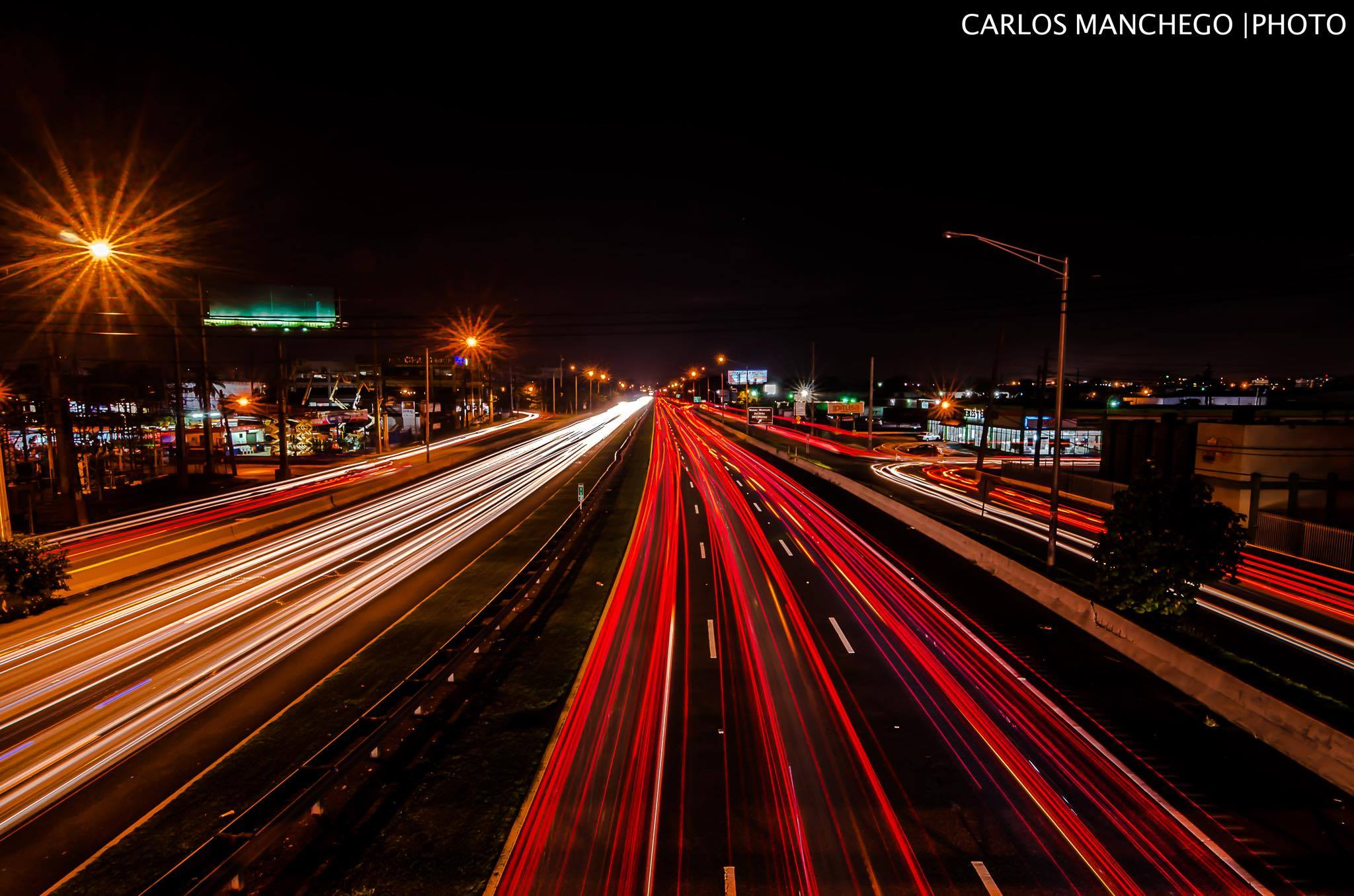Noche en la Avenida Baldorioty De Castro, Carolina, Puerto Rico.