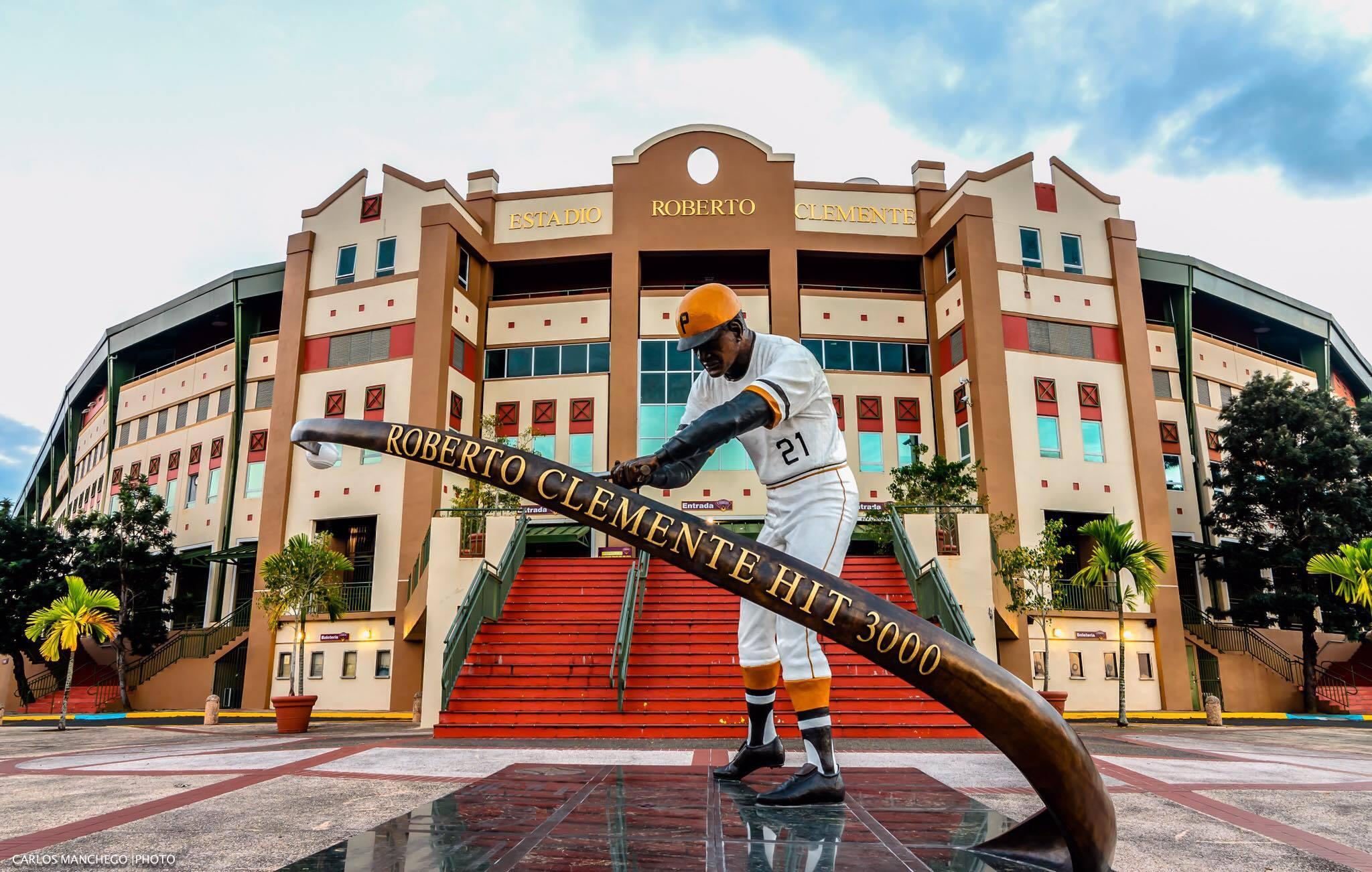 Estatua de los 3,000 hits de Roberto Clemente en Carolina, Puerto Rico.