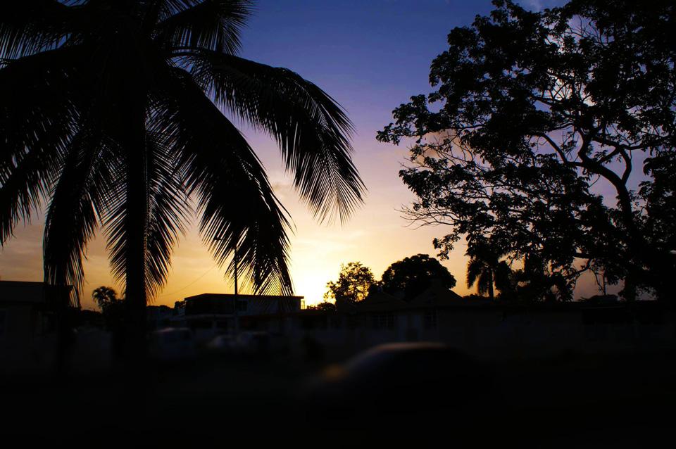 Anochecer en la Urbanización Jardines de Country Club, Carolina, Puerto Rico.