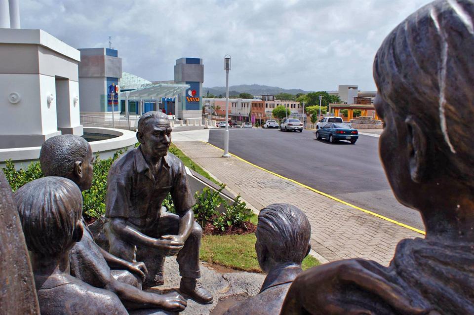 """""""La Tertulia"""": monumento dedicado al Gobernador Luis Muñoz Marín, cerca del Doctors' Center Hospital, Carolina, Puerto Rico."""