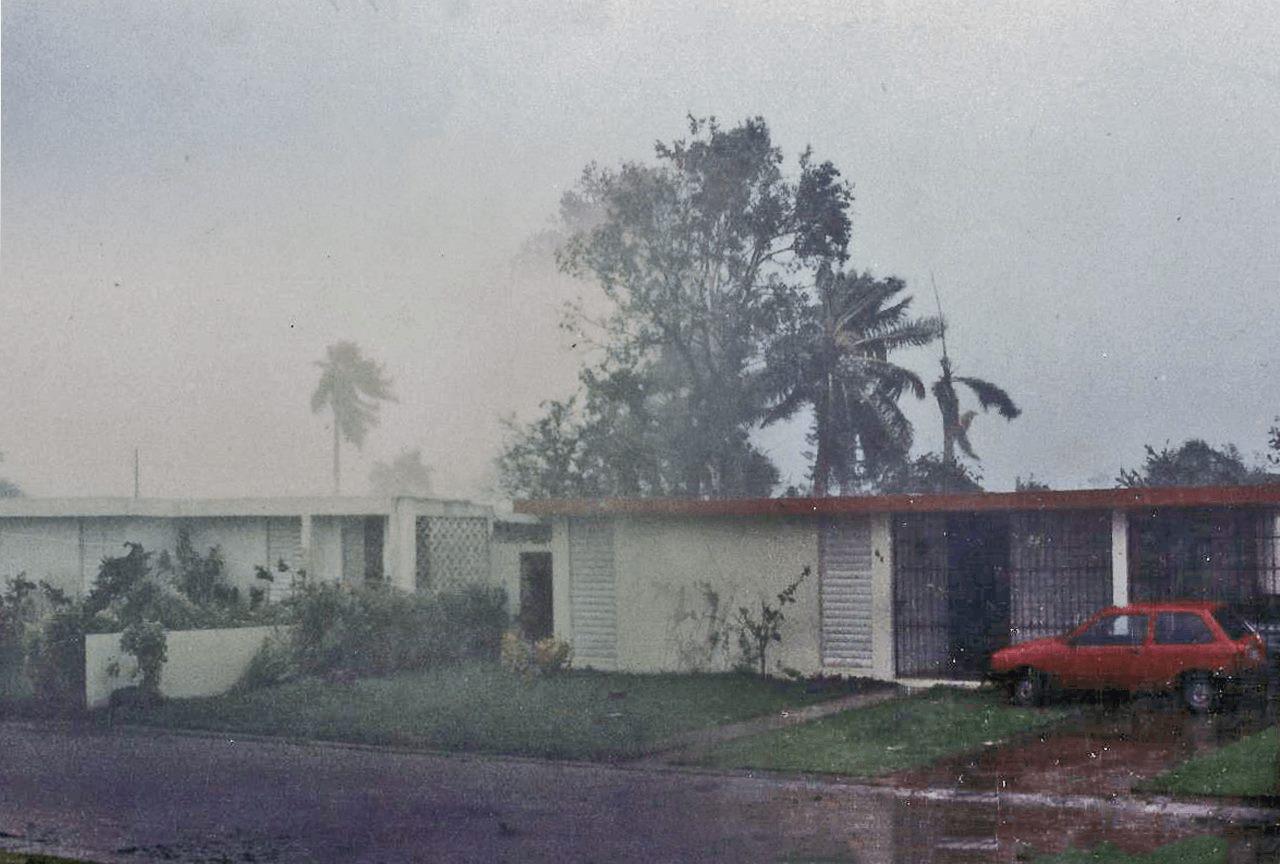 Foto tras el paso del Huracán Hugo por Puerto Rico. Calle Higuero, Valle Arriba Heights, Carolina, PR.