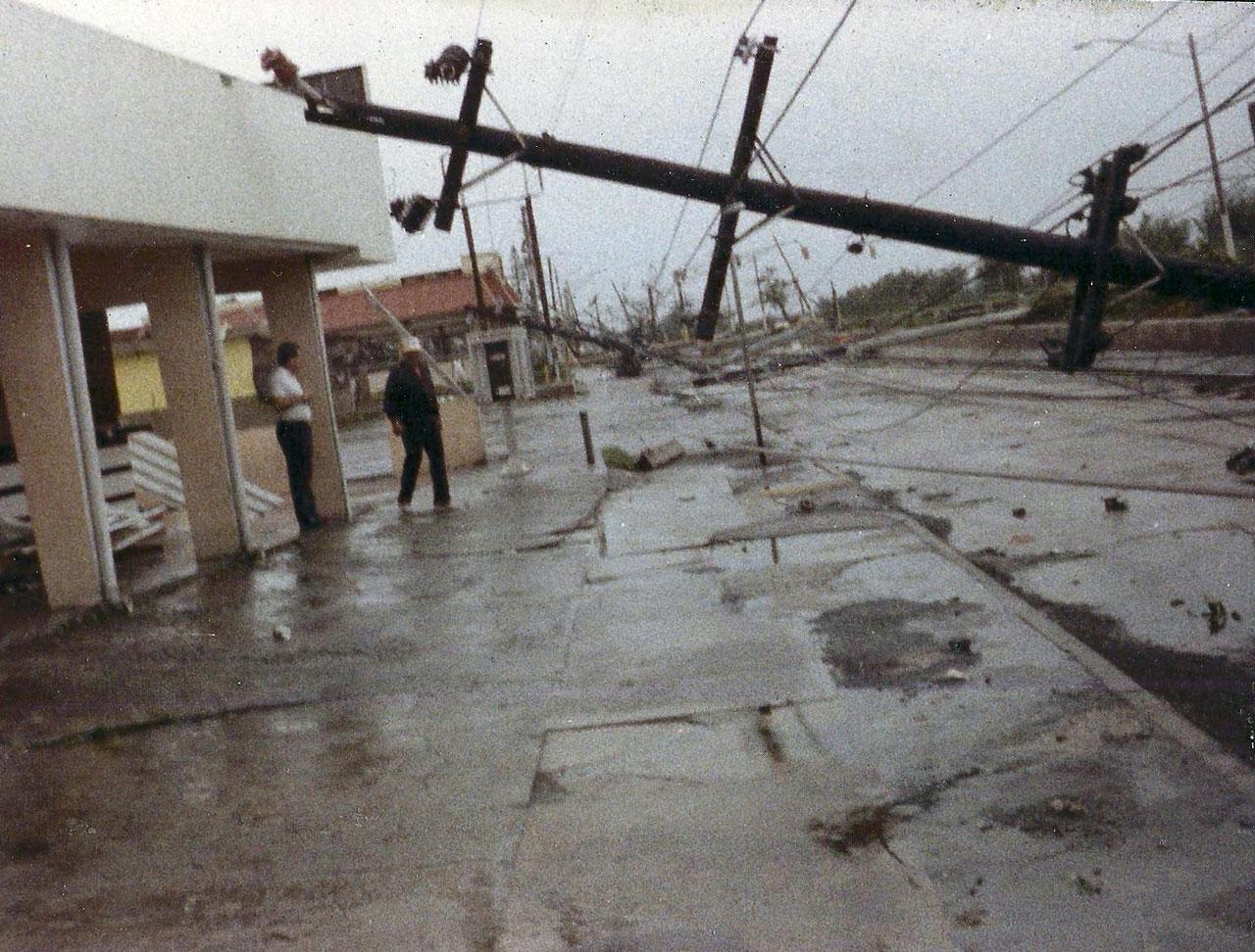 Bebo's BBQ y Mc Donald's, de  la Urbanización Los Ángeles en Carolina, tras el paso del Huracán Hugo por Puerto Rico.