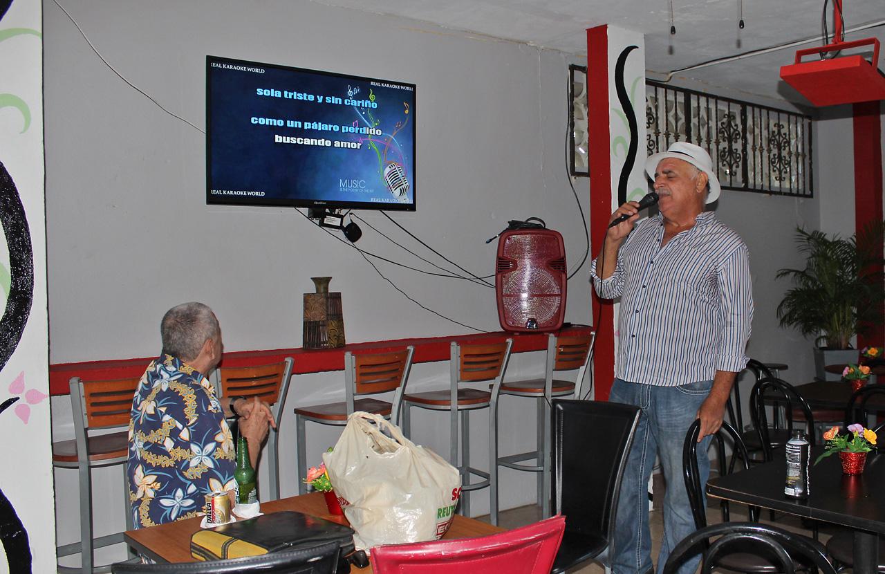 "Hombre cantando Karaoke en La Terraza Sport Bar, Carretera 848 (Juan José García Ríos ""Chejuan""), San Antón, Carolina, Puerto Rico."