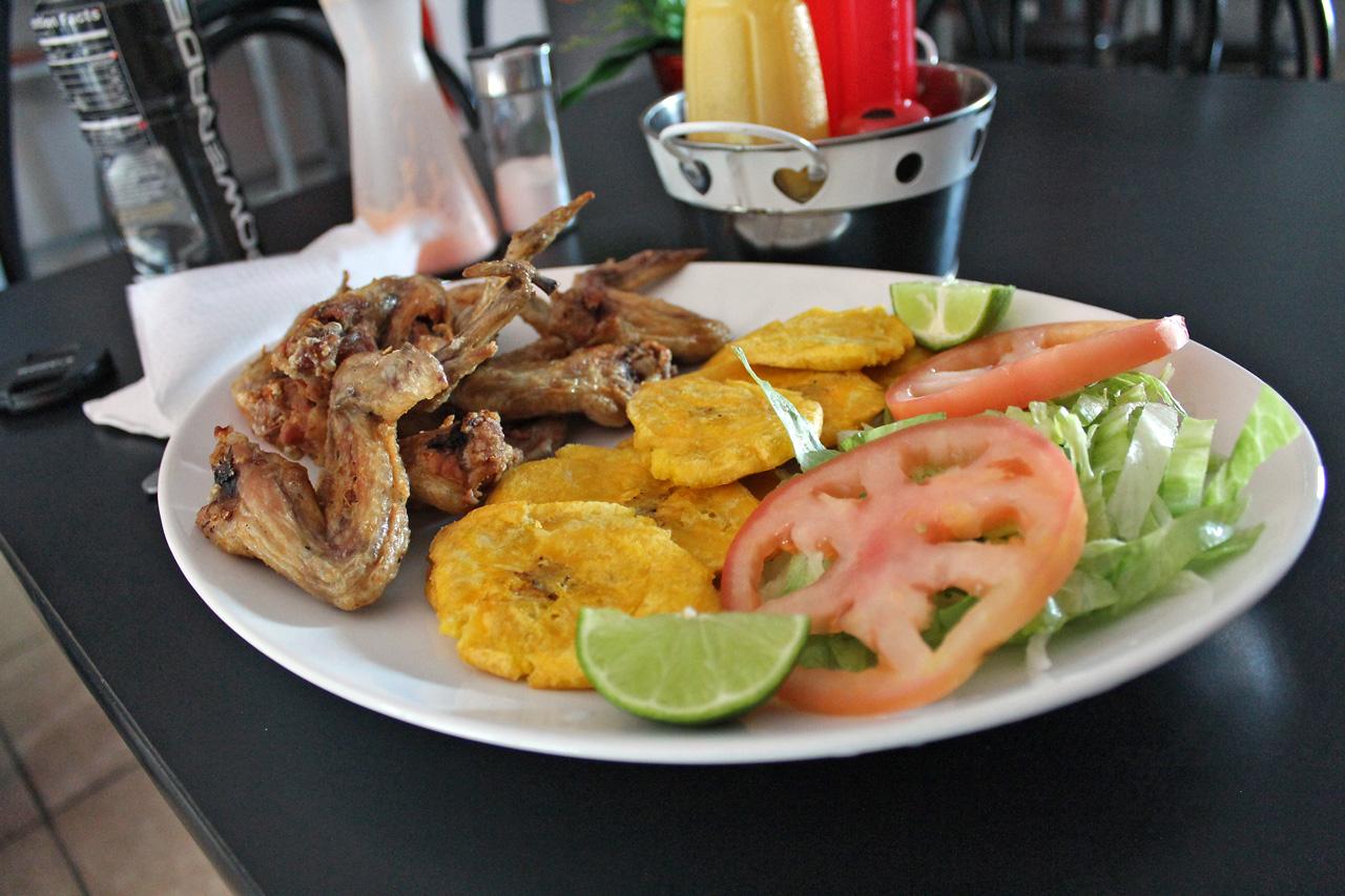 "Plato con alitas de pollo en La Terraza Sport Bar, Carretera 848 (Juan José García Ríos ""Chejuan""), San Antón, Carolina, Puerto Rico."