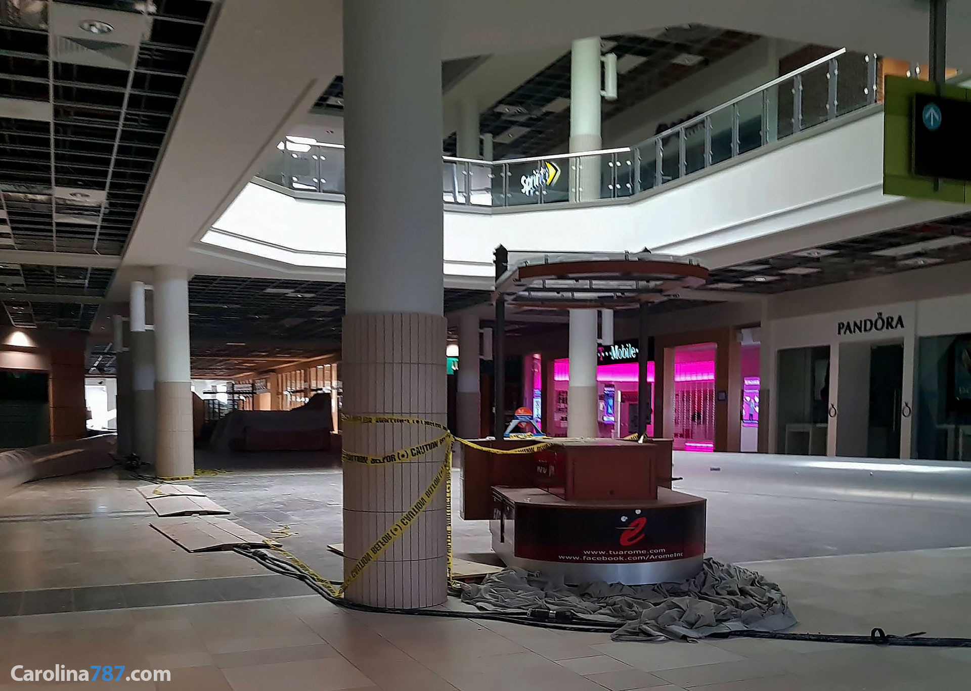 Área de Pandora y T-Mobile de Plaza Carolina tras el paso del Huracán María en septiembre del 2017.