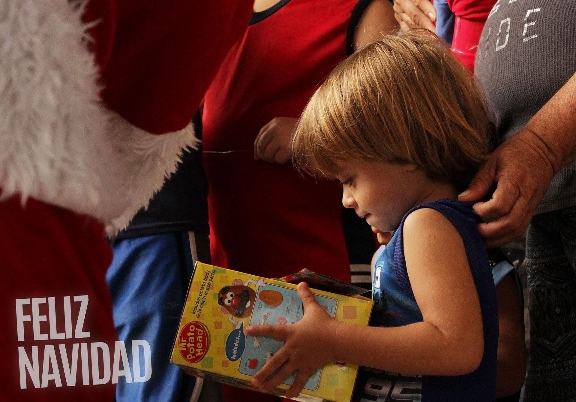 Niños miran su regalo de Navidad tras el paso del Huracán María por Puerto Rico.