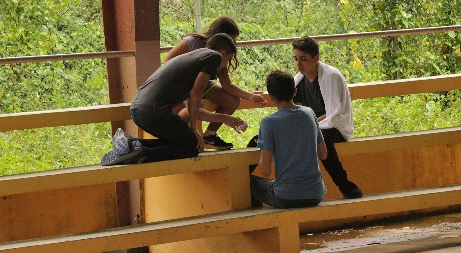 Niños jugando cartas en cancha de Puerto Rico.