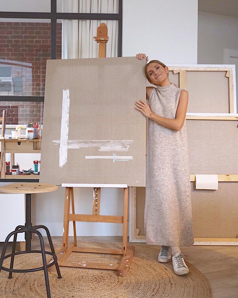 Allende posando en su estudio junto a obra Linum sobre el caballete