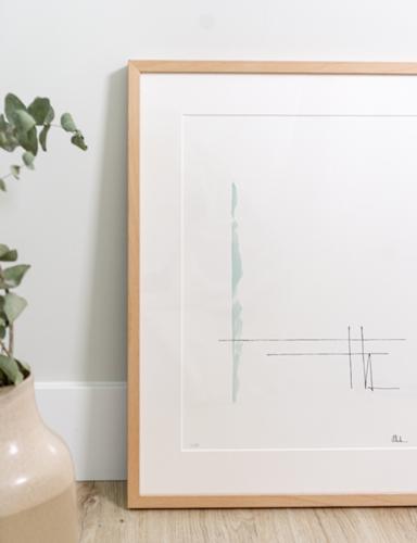 Lámina serie Alaya color menta, enmarcada en marco de haya natural con paspartú