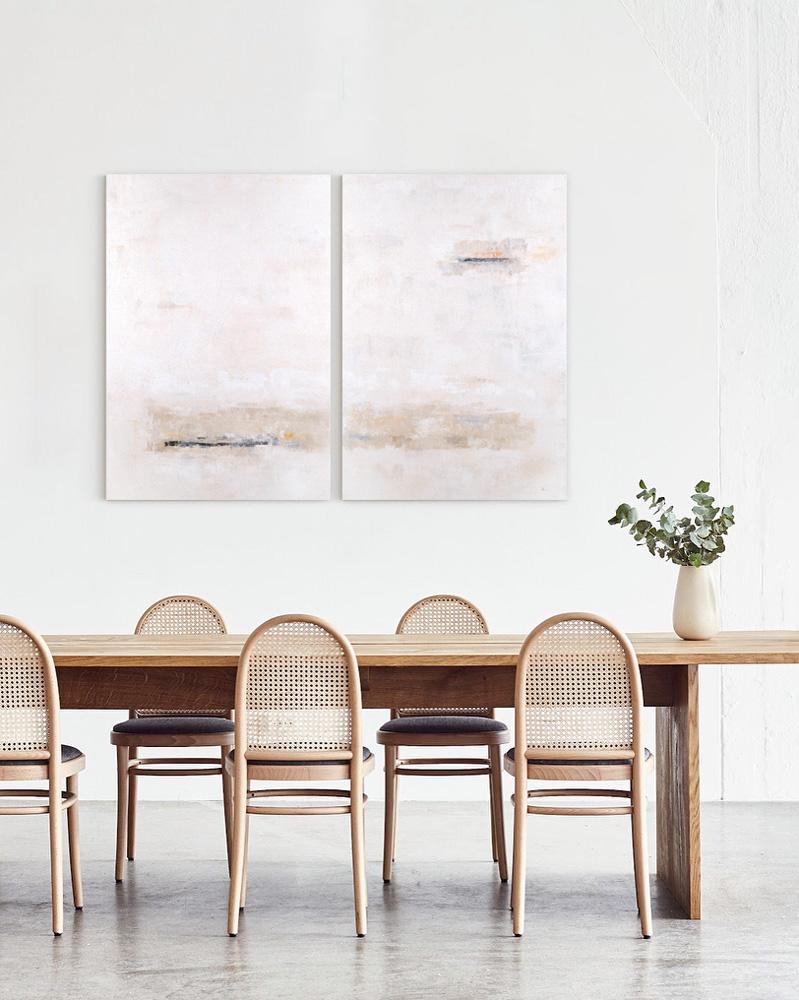 Obra Blanco Arena colgada detrás de la mesa del comedor