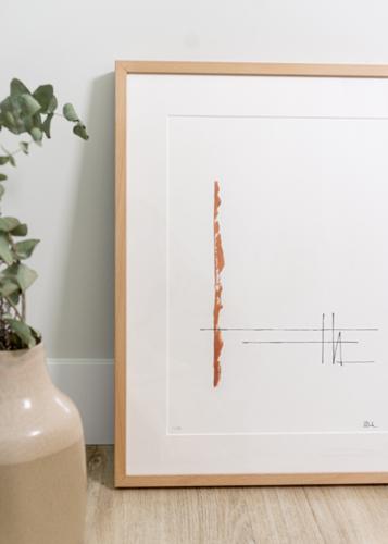 Lámina serie Alaya color teja, enmarcada en marco de haya natural con paspartú