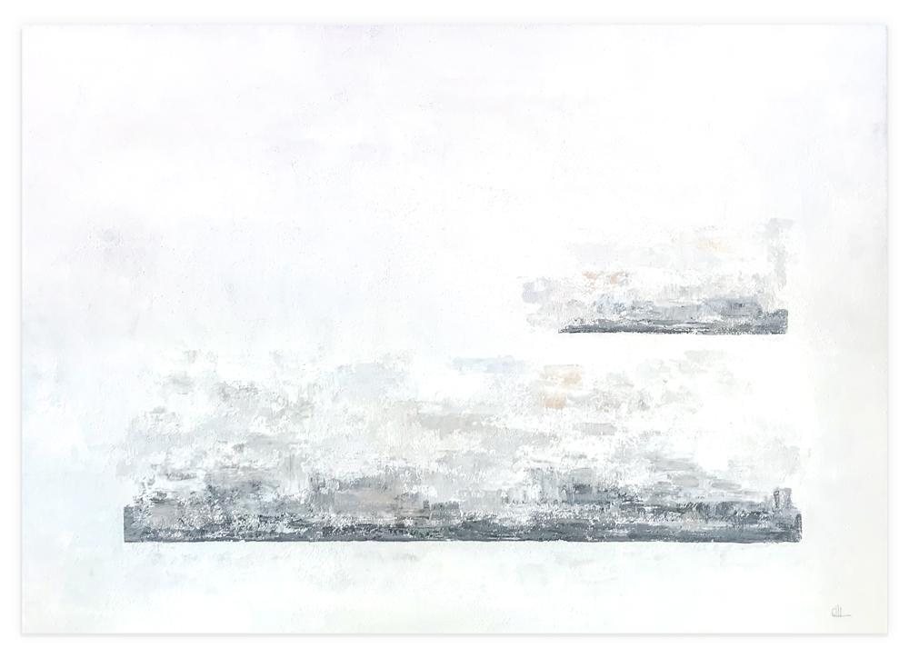 Obra Gris Bruma colgada en pared blanca