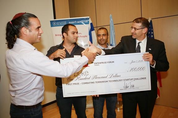 Duke Robotics – זוכי התחרות הקודמת עם השגריר לשעבר דן שפירו.