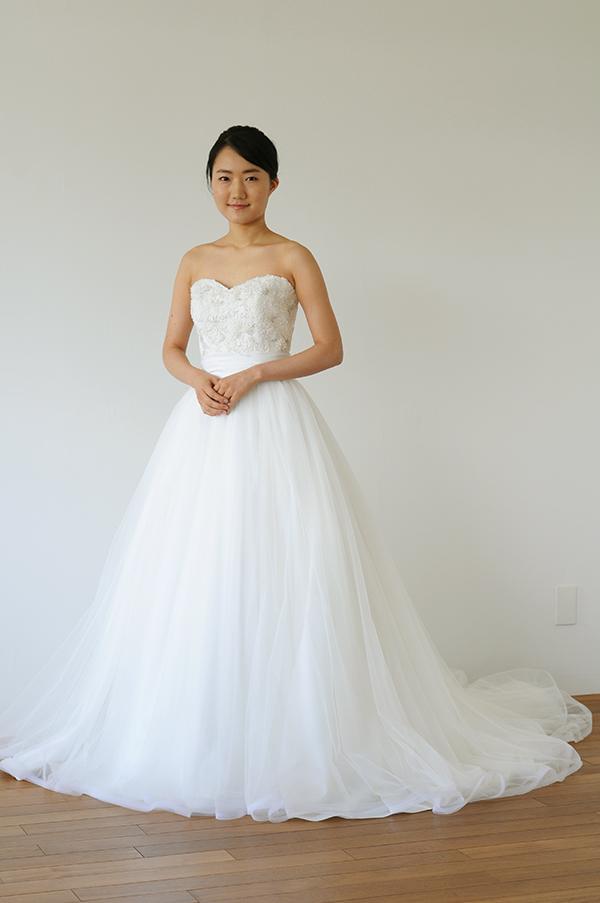 すっきりとしたAラインシルエットのロングスリーブドレス