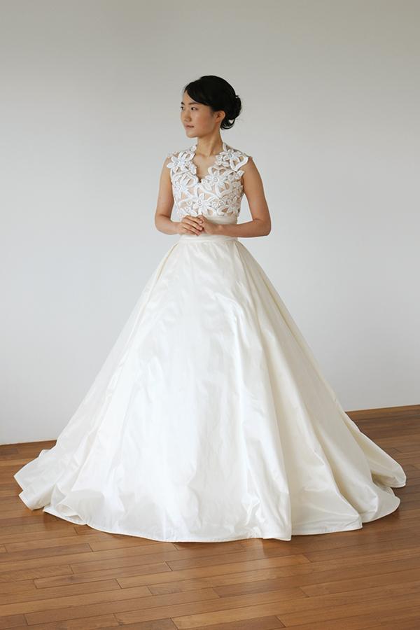 シルクタフタをたっぷり使ったボリュームスカートのVネックドレス