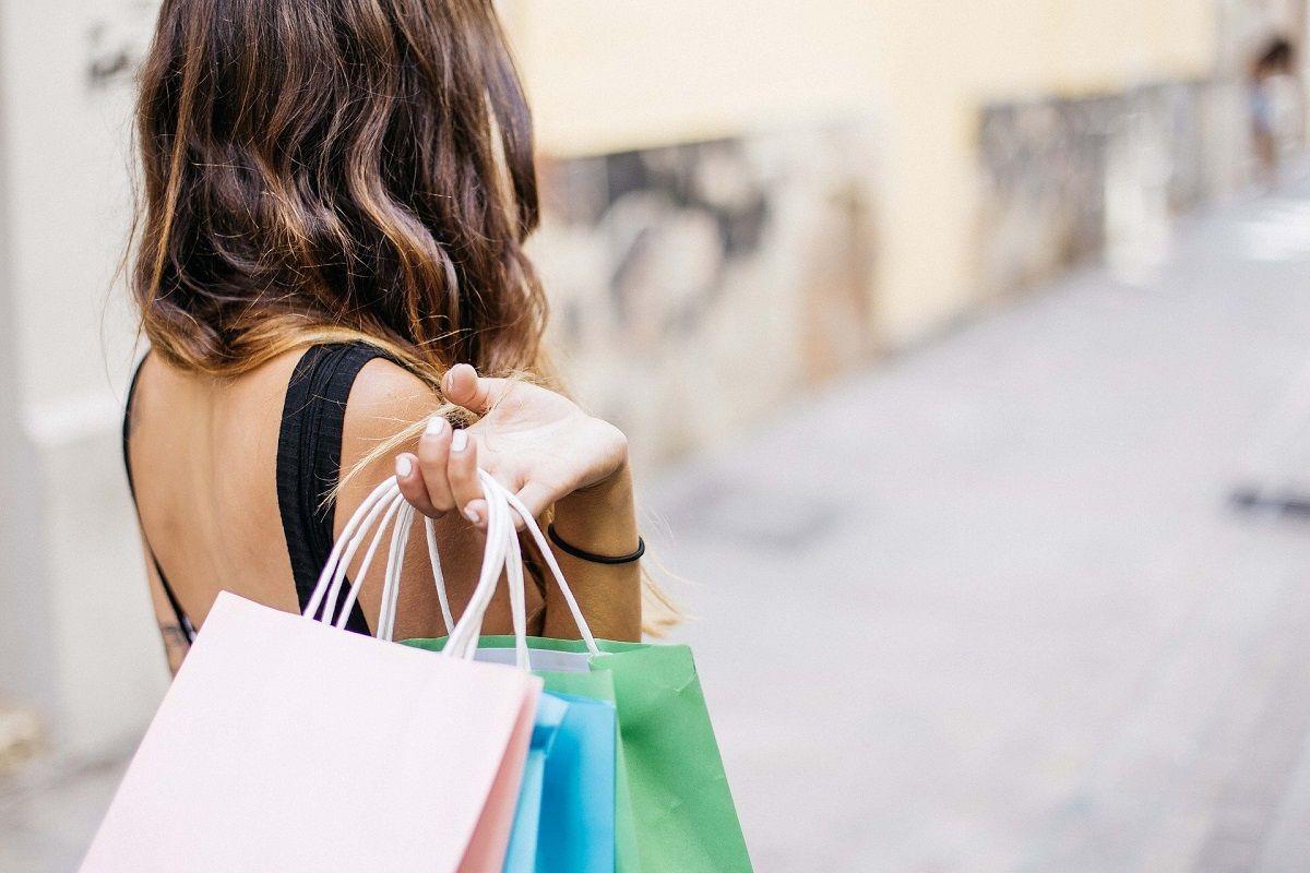 spending money shopping