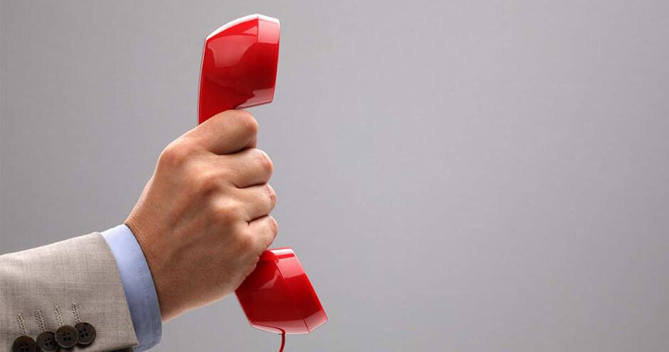 Imagem de uma mão segurando um telefone.
