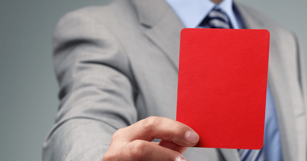 Homem mostrando um cartão vermelho.