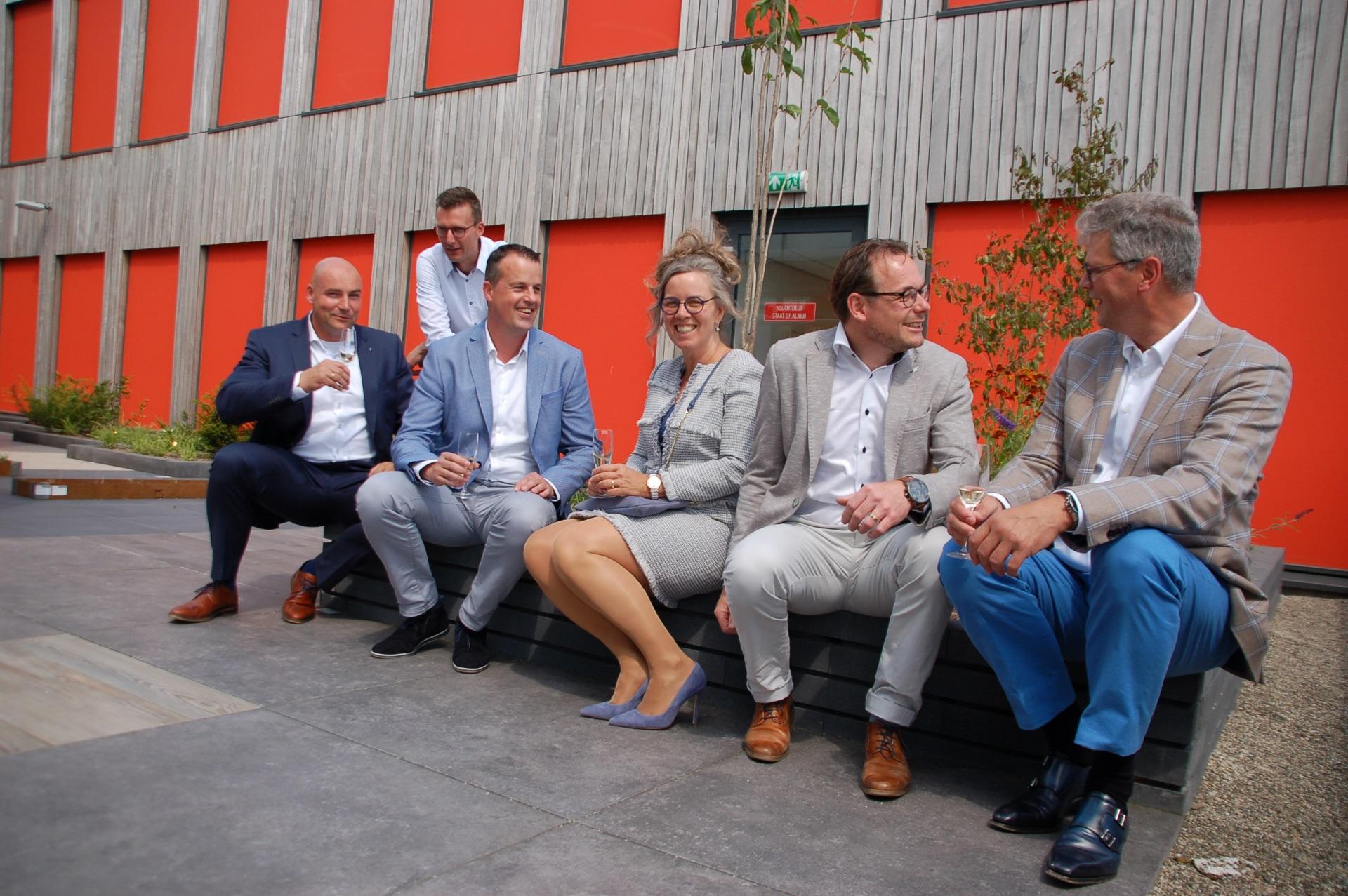 Spaansen Tuinklaar en LIV planten een boom als symbolische start van een vruchtbare samenwerking. Verbinding Is Ons Succes (VIOS)!