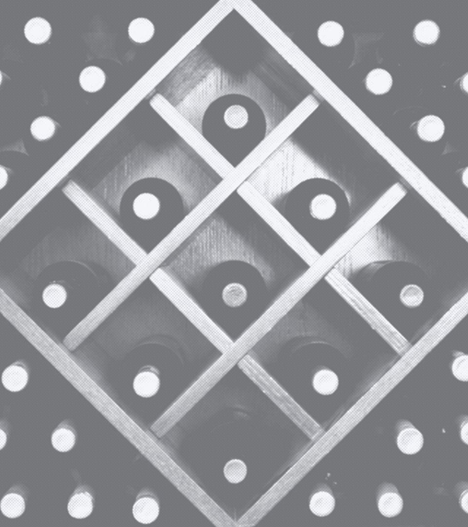 Schwarz-Weiß-Aufnahme eines Weinregals