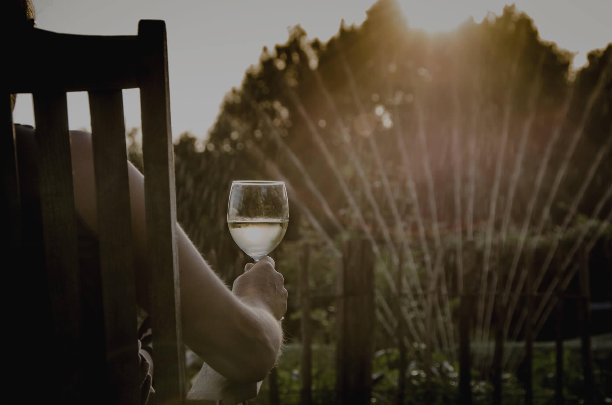 Weinglas gemütlich beim entspannen im Garten geschwenkt
