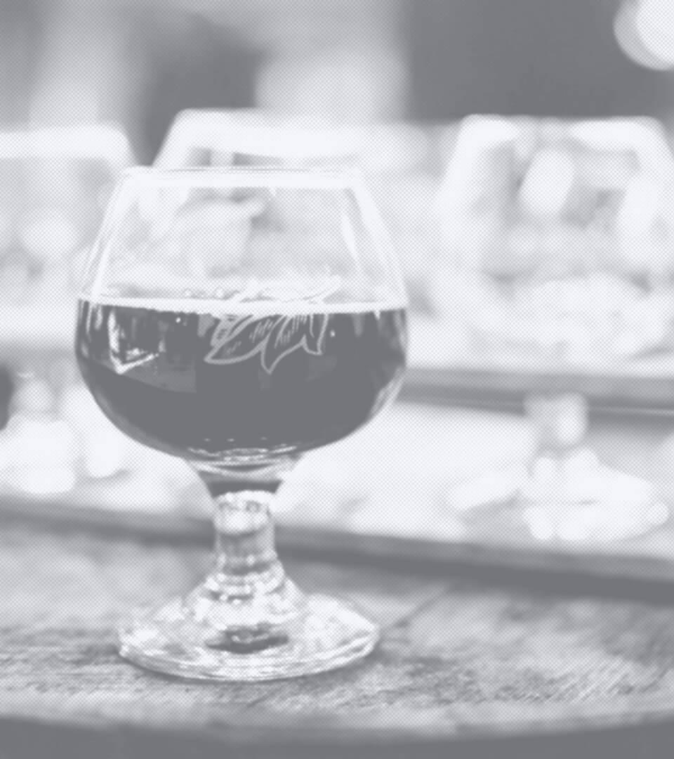 Gefülltes Weinglas auf einem Weinfass