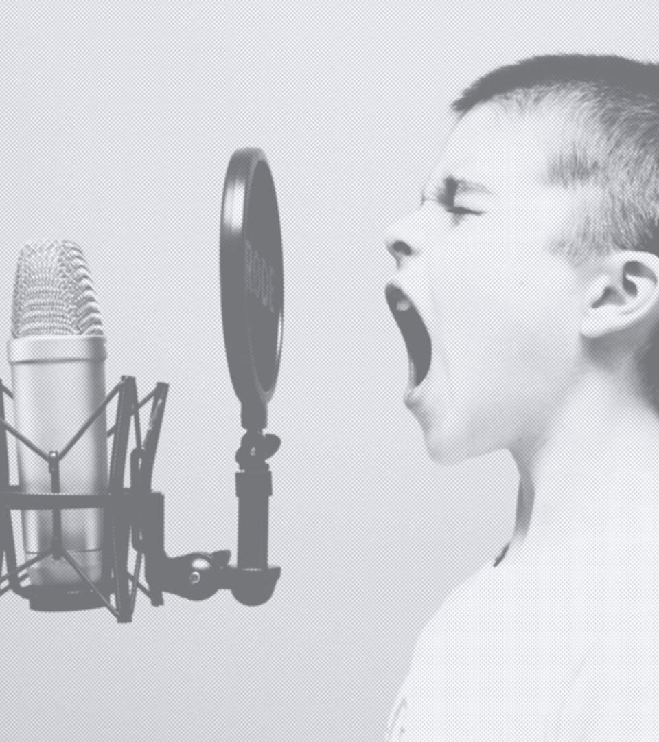 Ansager an Mikrofon