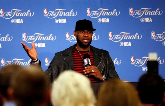 "LeBron James acusa Donald Trump de colocar o ódio racial ""na moda"""