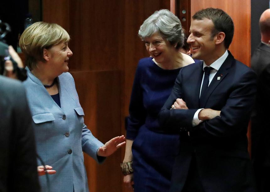 """Merkel """"furiosa"""" com revelações que possam derrubar governo britânico de Theresa May"""