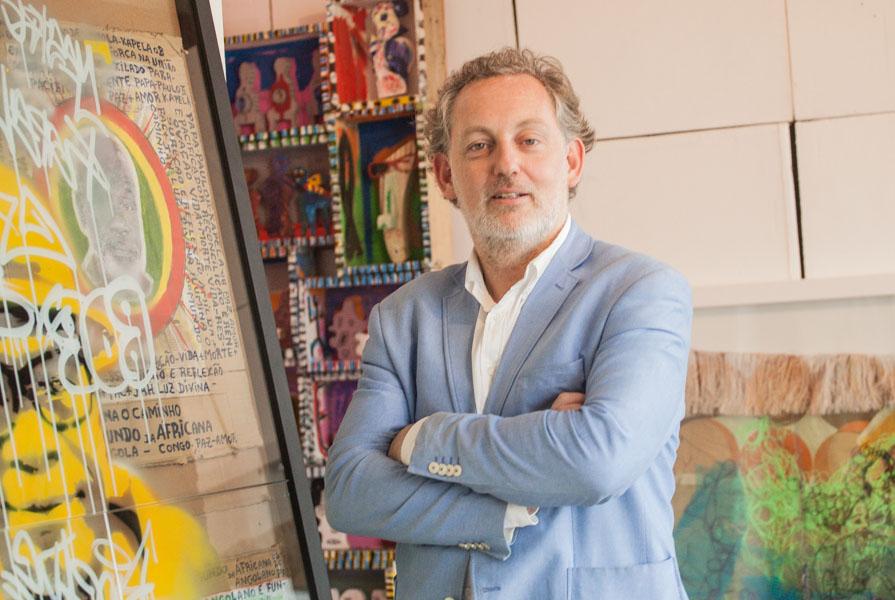 """""""Nós temos que munir os nossos artistas angolanos de mais pesquisa"""", afirma produtor de arte Dominick Tanner"""