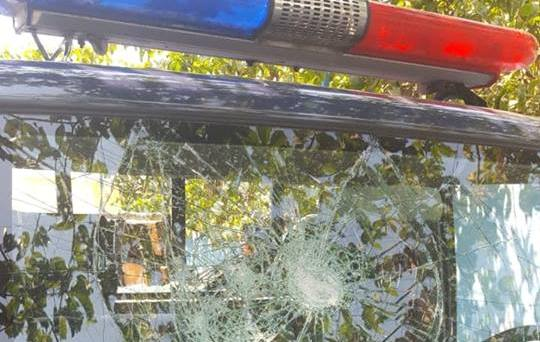 Cidadãos detidos por vandalismo a uma viatura da Polícia Nacional e ferimento a agentes
