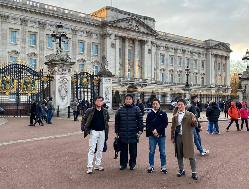 London Taxi Tour guests outside Buckingham palace