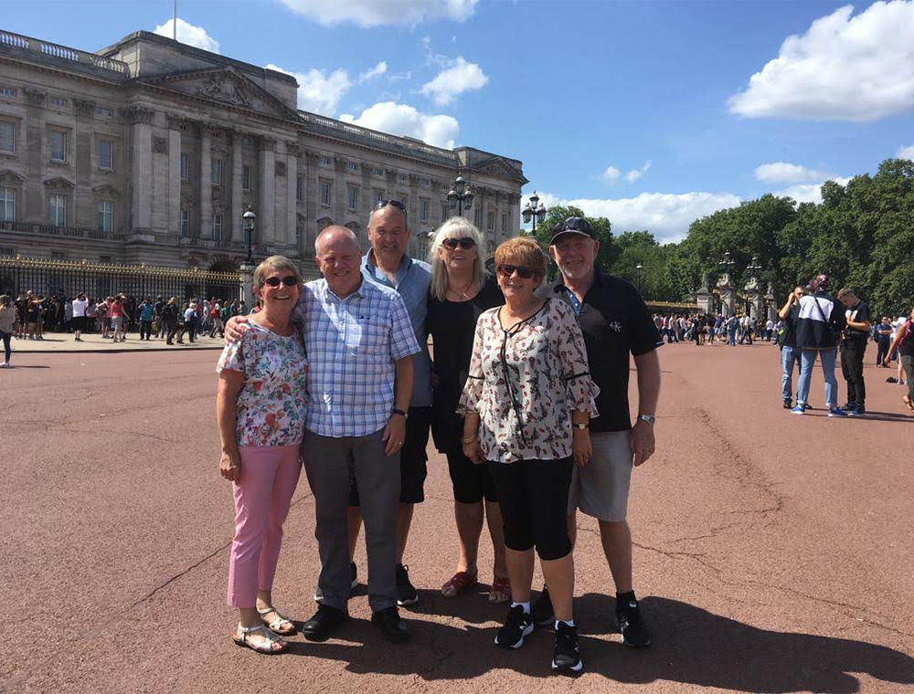 Guests stop outside Buckingham palace
