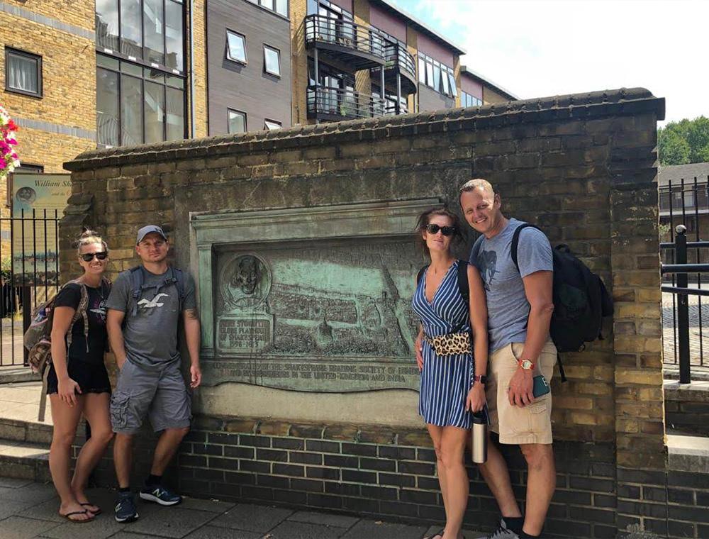 2 couples photo stop on tour