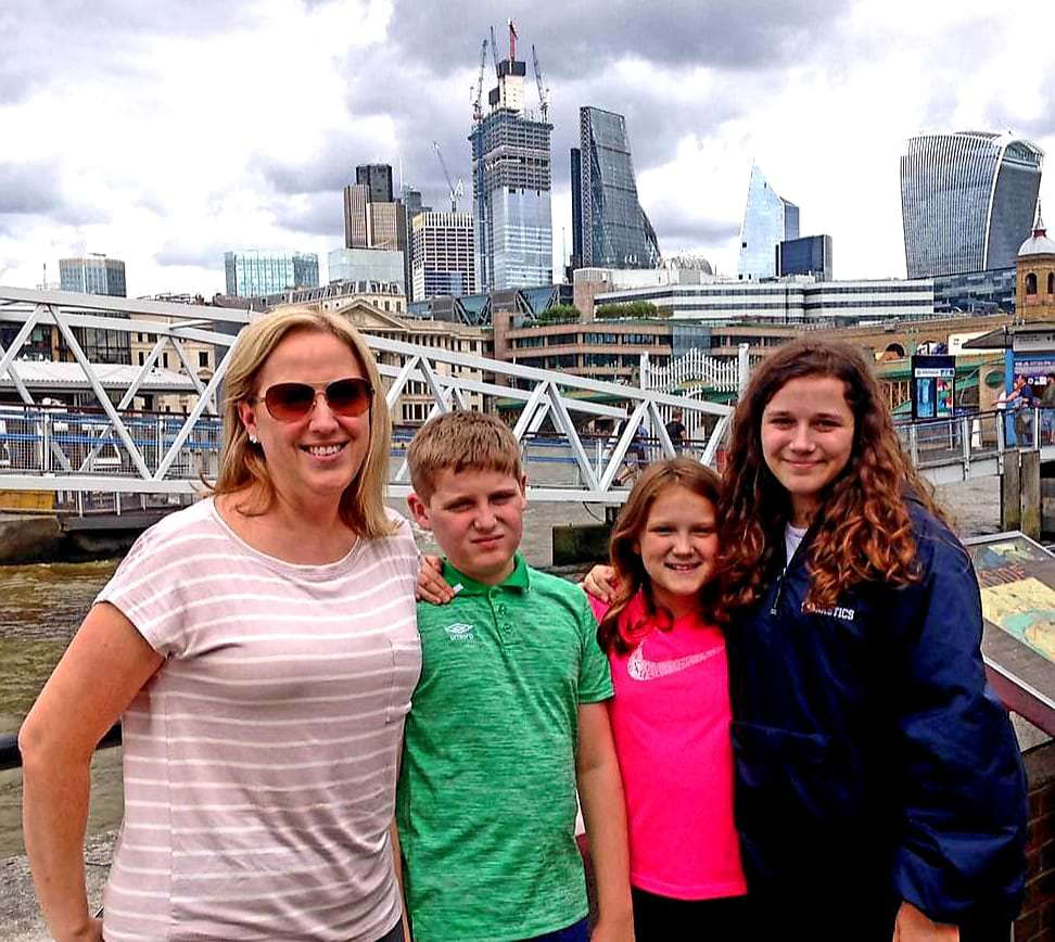 london sightseeing taxi tour stop at southbank for photo